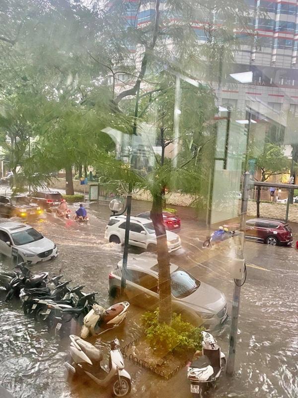 Mưa lớn trút xuống hàng giờ khiến nhiều tuyến phố Hà Nội thành sông, ô tô và xe máy bơi trong nước-9