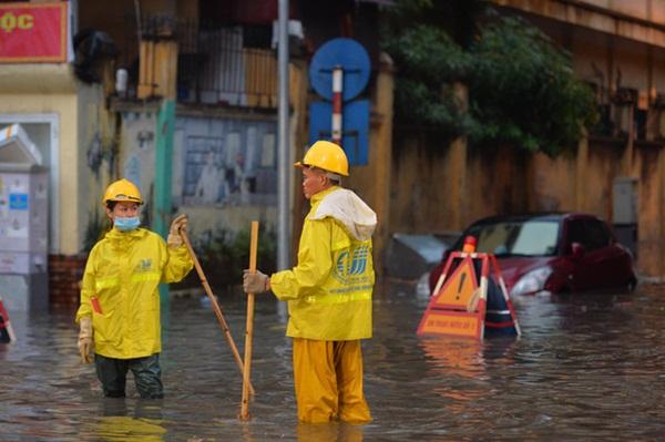 Mưa lớn trút xuống hàng giờ khiến nhiều tuyến phố Hà Nội thành sông, ô tô và xe máy bơi trong nước-12