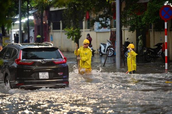Mưa lớn trút xuống hàng giờ khiến nhiều tuyến phố Hà Nội thành sông, ô tô và xe máy bơi trong nước-13