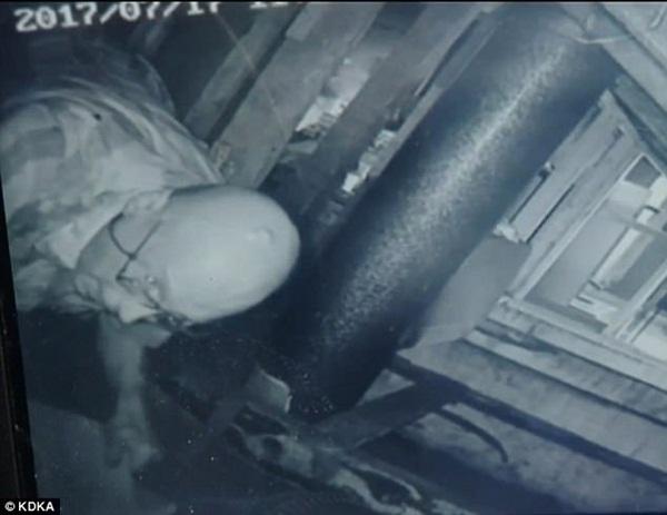Nghe tiếng động phát ra từ gác xép, người đàn ông lắp camera mới phát hiện việc làm của gã hàng xóm nhắm vào phòng ngủ gia đình mình-3