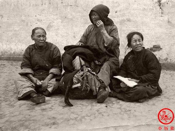 Loạt ảnh cũ phơi bày cuộc sống khắc khổ của người dân cuối thời nhà Thanh, có người còn bất chấp nguy hiểm để kiếm miếng ăn-3