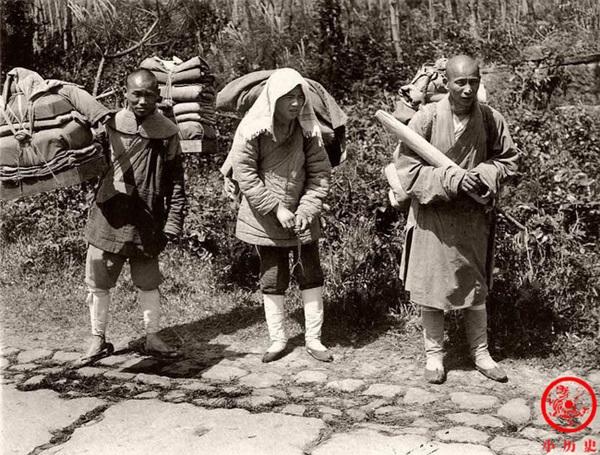Loạt ảnh cũ phơi bày cuộc sống khắc khổ của người dân cuối thời nhà Thanh, có người còn bất chấp nguy hiểm để kiếm miếng ăn-6
