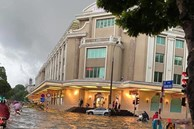 Vì sao nhiều tuyến phố quanh hồ Gươm ngập sâu trong trận mưa lớn?