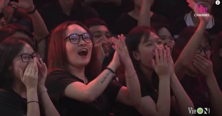Cô gái xuất hiện nhiều nhất Rap Việt dù không phải thí sinh, dân tình nghi anh quay phim crush chị này-5
