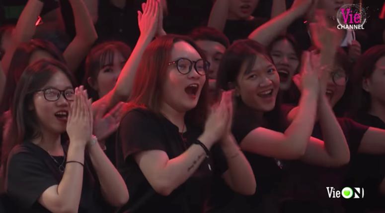 Cô gái xuất hiện nhiều nhất Rap Việt dù không phải thí sinh, dân tình nghi anh quay phim crush chị này-7