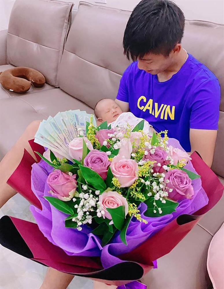 Vừa làm ông bố trẻ được ít lâu, Phan Văn Đức có hành động bất ngờ khiến vợ phải thốt lên vì còn là người chồng tâm lý-1