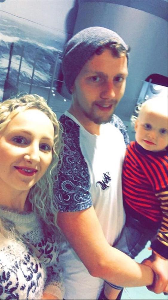 Chụp ảnh gia đình hạnh phúc trong phòng con trai nhỏ, mẹ sởn tóc gáy khi phát hiện chi tiết kỳ quái và một loạt chuyện bất thường-3