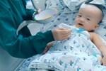 Cặp song sinh Trúc Nhi - Diệu Nhi cười tươi rạng rỡ, thích thú khi được bố mẹ ẵm bồng trên tay-5