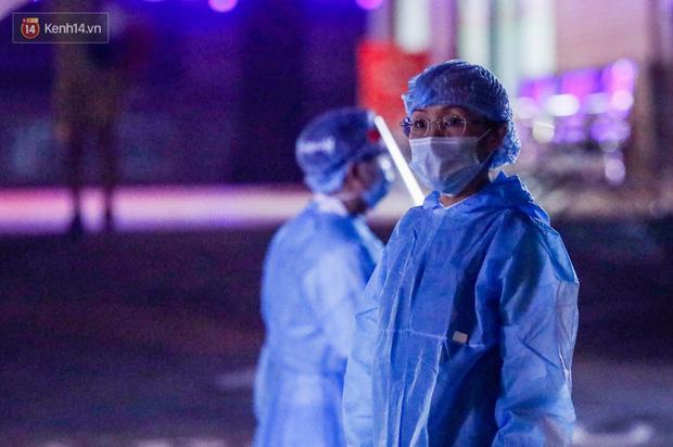 Ảnh, clip: Bệnh viện E phong tỏa trong đêm, chuẩn bị kịch bản xấu nhất-7