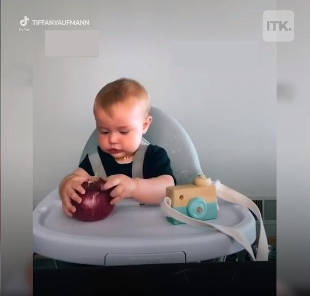 Bố mẹ nào cũng liên tục mua đồ chơi mới cho con nhưng trẻ nhỏ có thực sự thích hay không, xem clip này sẽ rõ-1