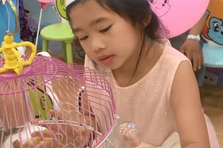 Biểu cảm gây chú ý trong tiệc sinh nhật 7 tuổi của con gái Mai Phương sau 5 tháng mẹ qua đời