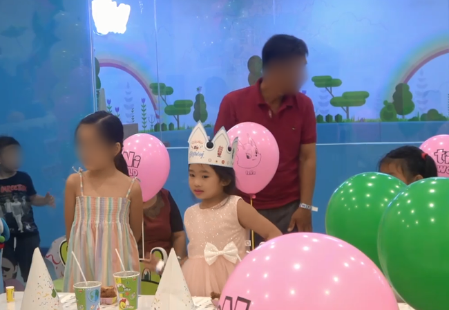 Biểu cảm gây chú ý trong tiệc sinh nhật 7 tuổi của con gái Mai Phương sau 5 tháng mẹ qua đời-2
