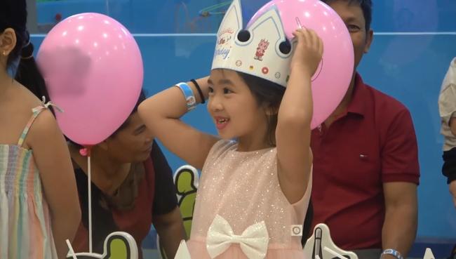 Biểu cảm gây chú ý trong tiệc sinh nhật 7 tuổi của con gái Mai Phương sau 5 tháng mẹ qua đời-1