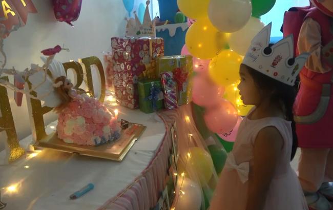 Biểu cảm gây chú ý trong tiệc sinh nhật 7 tuổi của con gái Mai Phương sau 5 tháng mẹ qua đời-3