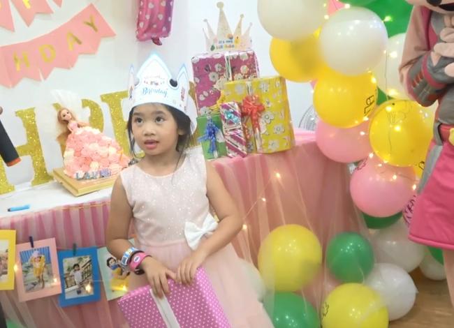 Biểu cảm gây chú ý trong tiệc sinh nhật 7 tuổi của con gái Mai Phương sau 5 tháng mẹ qua đời-4