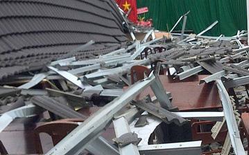 Mái nhà cao 8 mét đang thi công bất ngờ đổ sập đè trúng 4 thợ xây, 2 người tử vong-1