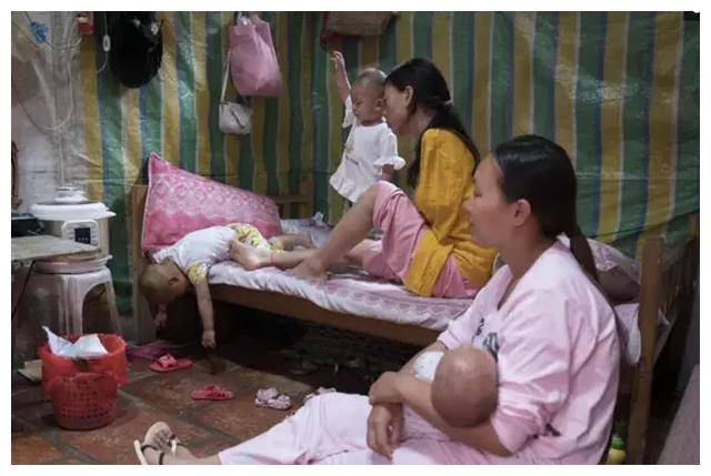 Mẹ cụt tay chăm con bằng chân, nhìn những hình ảnh đời thường khiến nhiều người rơi lệ-3