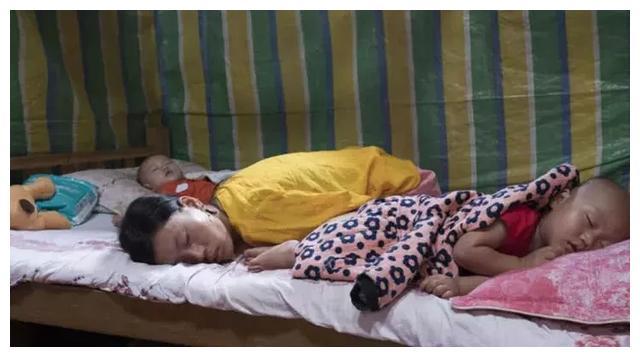 Mẹ cụt tay chăm con bằng chân, nhìn những hình ảnh đời thường khiến nhiều người rơi lệ-4