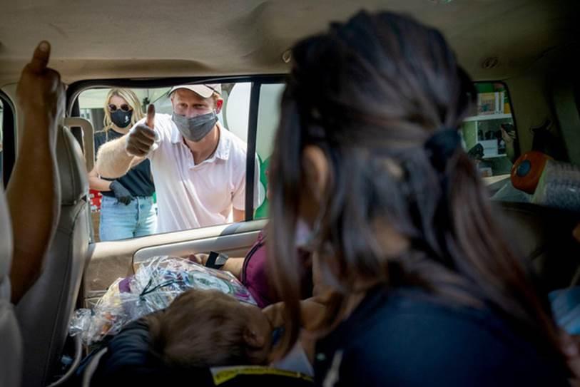 Vợ chồng Meghan Markle xuống đường phát đồ từ thiện nhưng bị mỉa mai vì mang theo nhiếp ảnh gia riêng để chụp ảnh-4