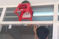 Khi cô giáo bảo trang trí lớp bằng những vật dụng có sẵn, học sinh làm y lời và cái kết khiến ai nấy cười bò