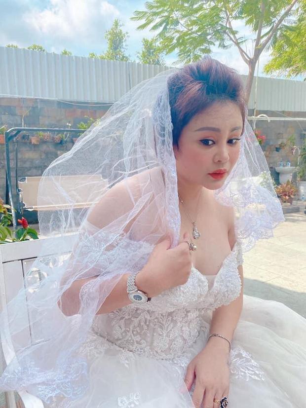 Lê Giang khoe ảnh diện váy cưới nóng bỏng kèm tuyên bố Hôm nay em lên xe hoa, bạn bè và khán giả bay vào chúc mừng-2