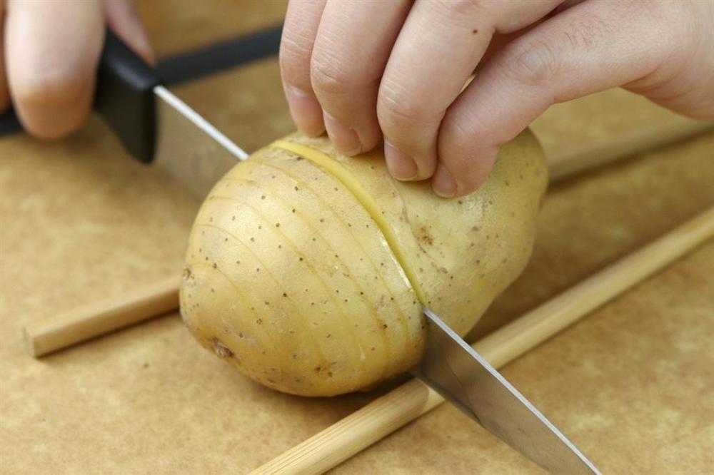 Dùng nồi chiên không dầu làm khoai tây nướng bơ tỏi nhanh gọn thơm nức mũi-2