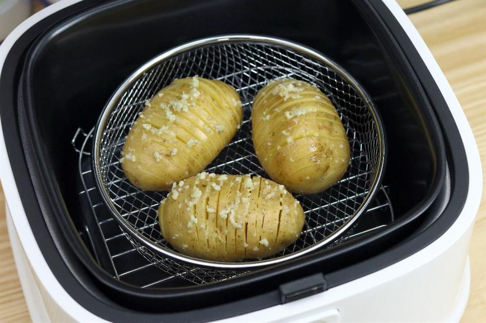 Dùng nồi chiên không dầu làm khoai tây nướng bơ tỏi nhanh gọn thơm nức mũi-4
