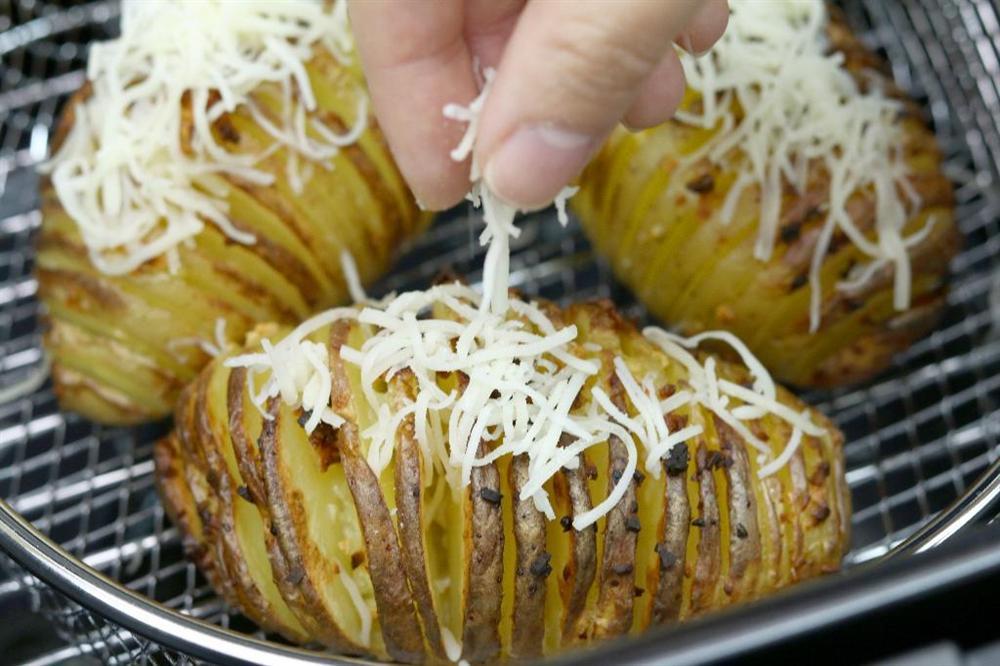 Dùng nồi chiên không dầu làm khoai tây nướng bơ tỏi nhanh gọn thơm nức mũi-5