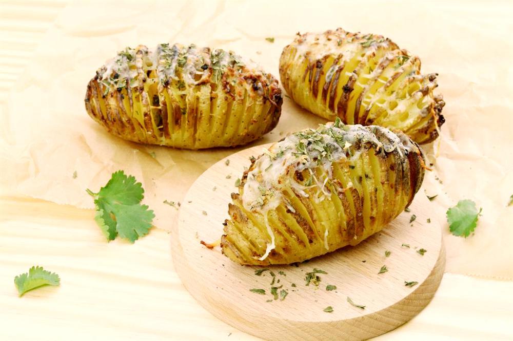 Dùng nồi chiên không dầu làm khoai tây nướng bơ tỏi nhanh gọn thơm nức mũi-6