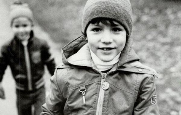 Từng khiến chị em phát cuồng vì thay vợ dọn nhà cửa và chăm 3 con, Thủ tướng Canada giờ gây sốt với loạt ảnh hồi trẻ đẹp tựa nam thần-1