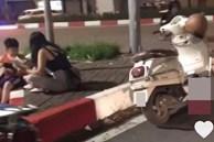 Gặp hai mẹ con bé trai ăn xin nằm bên lề đường, cô gái đi xe Vespa bất ngờ ngồi xuống cùng và làm một hành động khiến ai nấy bất ngờ