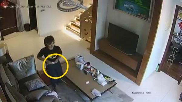 Kiểm tra camera trong phòng khách, chủ nhà kinh hãi phát hiện nữ giúp việc cho khẩu trang vào quần rồi rút ra để lại chỗ cũ-1