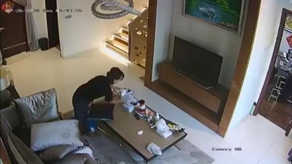 Kiểm tra camera trong phòng khách, chủ nhà kinh hãi phát hiện nữ giúp việc cho khẩu trang vào quần rồi rút ra để lại chỗ cũ-2