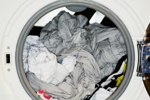 Quần áo vừa giặt xong luôn bị bám đầy lông? Cách xử lý rất đơn giản lại còn biết thêm mẹo vệ sinh máy giặt cực hiệu quả-3