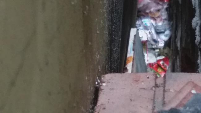 Vụ bé sơ sinh bị mẹ bỏ rơi trong khe tường ở Hà Nội: Ông bà ngoại từ quê ra nhận cháu, đang chờ kết quả ADN để hoàn tất thủ tục-1