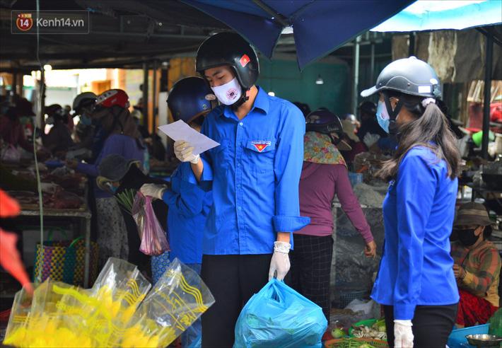 Những shipper áo xanh đi chợ miễn phí giúp người dân Đà Nẵng trong mùa dịch-2