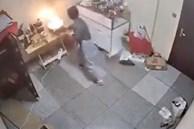 Cháy chảo dầu khói nghi ngút khắp phòng, cô gái bất ngờ lấy thứ tối kị để dập lửa
