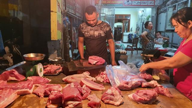 """Hà Nội: Giá thịt lợn giảm, rau xanh tăng chóng mặt"""" vì mưa-1"""