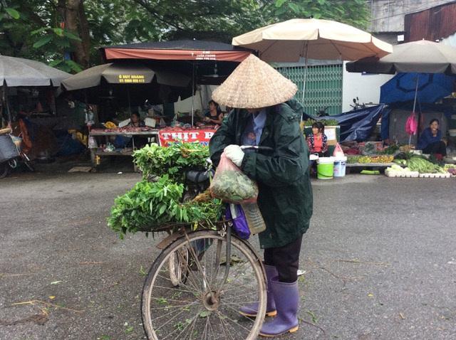 """Hà Nội: Giá thịt lợn giảm, rau xanh tăng chóng mặt"""" vì mưa-3"""