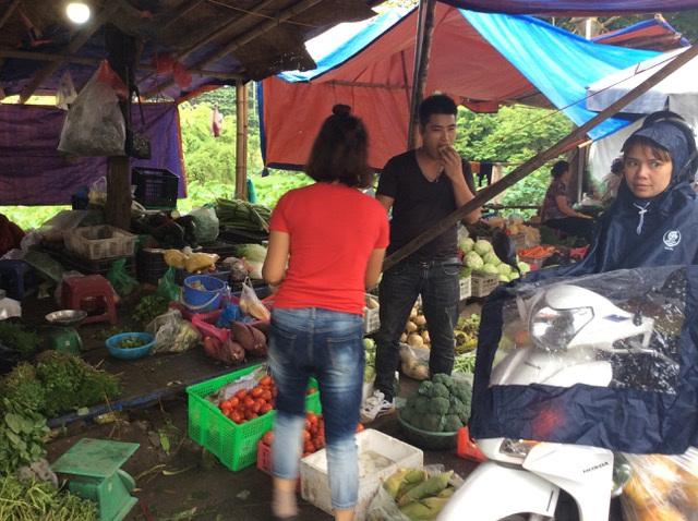 """Hà Nội: Giá thịt lợn giảm, rau xanh tăng chóng mặt"""" vì mưa-4"""