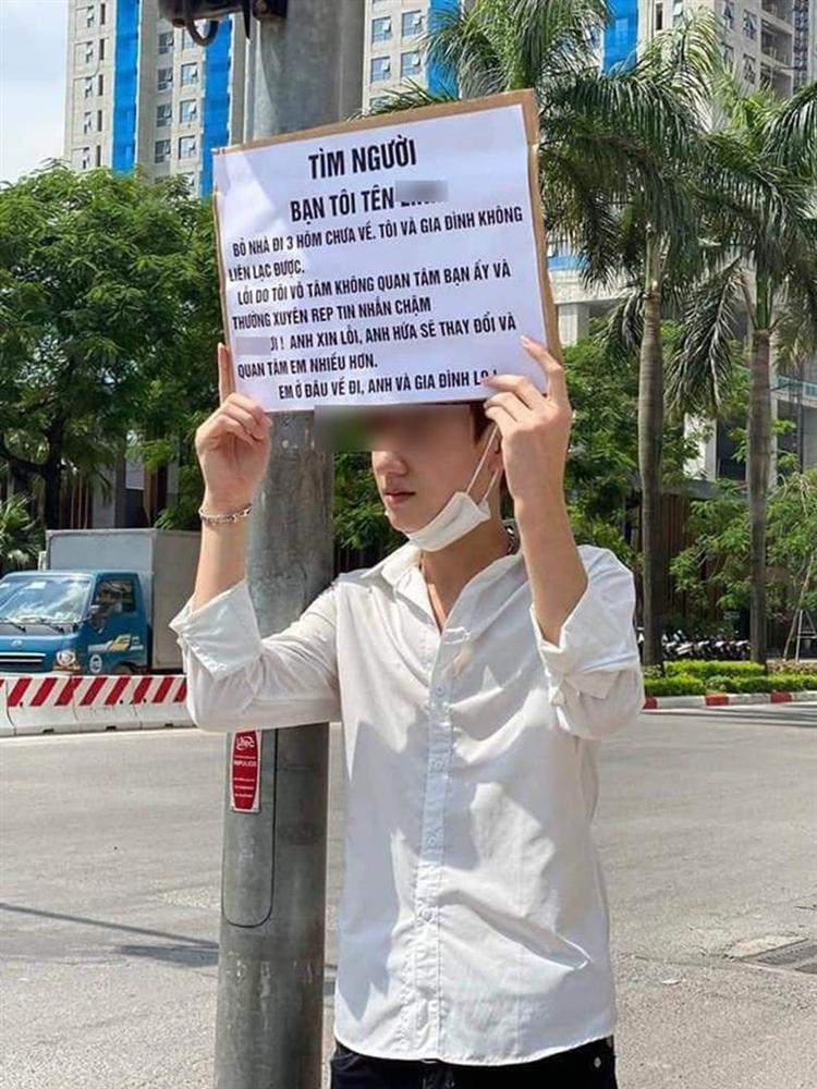 Chàng thanh niên đứng nắng tìm bạn gái đi lạc 3 ngày chưa về nhà, nguyên nhân bất ngờ được tiết lộ trên tấm bảng mà anh chàng cầm trên tay-1