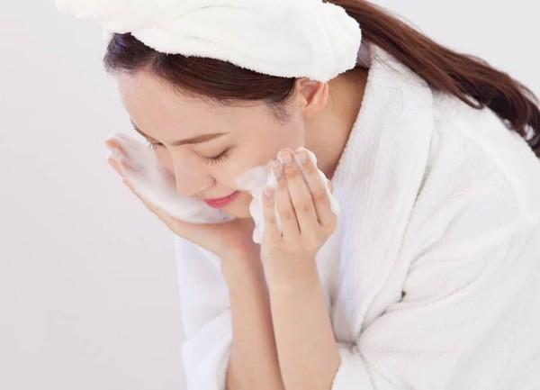 Dưỡng ẩm ngay từ bước làm sạch da theo cách của chuyên gia người Nhật: Chị em làm đúng 6 điều này là da ắt đẹp-4