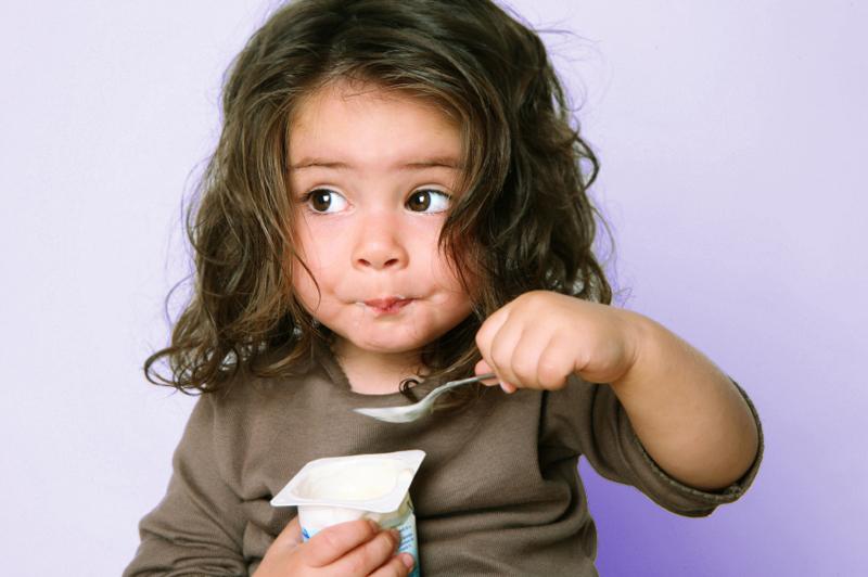 Trẻ mấy tháng ăn được sữa chua? Cho con ăn sai cách vừa vô tác dụng vừa gây hại-3