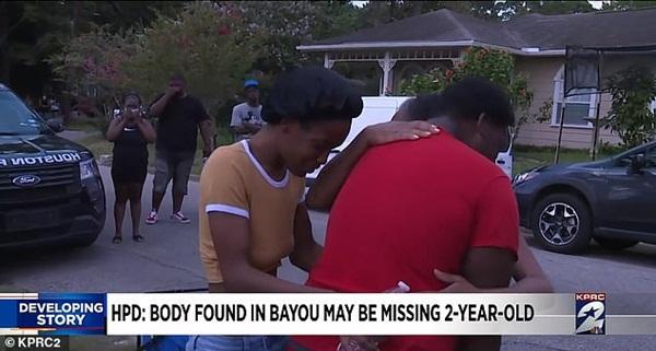 Mẹ bị chỉ trích vì mải nấu đồ ăn khiến con gái 2 tuổi mất tích sau 5 phút chơi một mình, nghi có liên quan đến thi thể cách nhà 30km-4