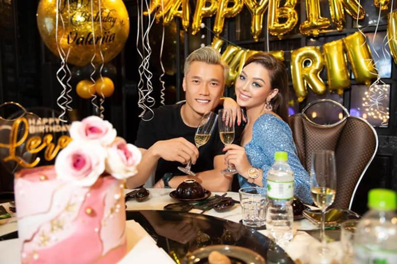 Dù sinh năm 2000 nhưng bạn gái Bùi Tiến Dũng lại bị chê như U30, với phong cách trang điểm quá đậm khi cùng bạn trai dự tiệc sinh nhật-1