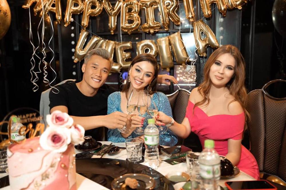Dù sinh năm 2000 nhưng bạn gái Bùi Tiến Dũng lại bị chê như U30, với phong cách trang điểm quá đậm khi cùng bạn trai dự tiệc sinh nhật-3
