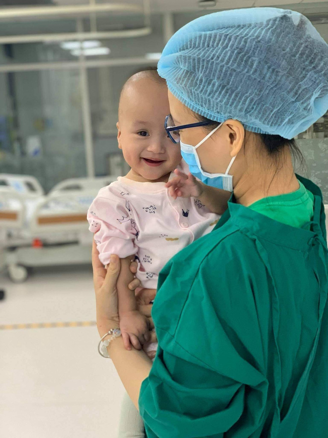Trúc Nhi cười tít mắt trong vòng tay mẹ, Diệu Nhi ngoan ngoãn ngồi im nghe bác sĩ dặn dò-2