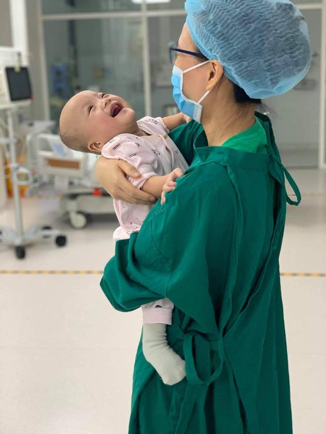 Trúc Nhi cười tít mắt trong vòng tay mẹ, Diệu Nhi ngoan ngoãn ngồi im nghe bác sĩ dặn dò-3