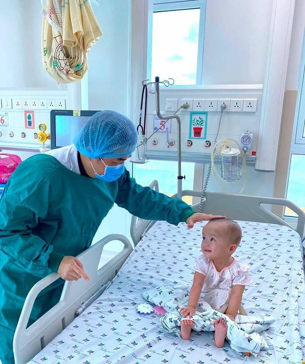 Trúc Nhi cười tít mắt trong vòng tay mẹ, Diệu Nhi ngoan ngoãn ngồi im nghe bác sĩ dặn dò-4