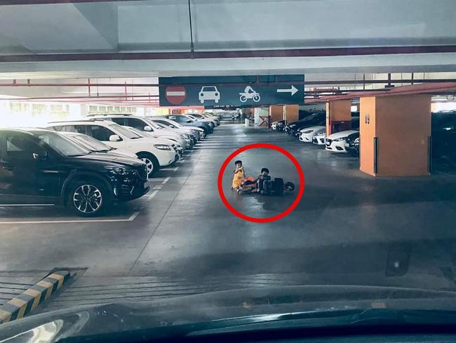 Tài xế ô tô hết hồn khi đang lao dốc xuống hầm chung cư thì 2 biker nhí từ đâu ra ngã sõng soài ngay trước mũi xe: Tình huống các mẹ cần cảnh giác-1